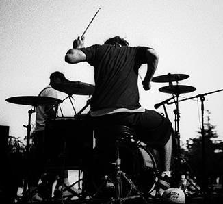 как играть на барабанах