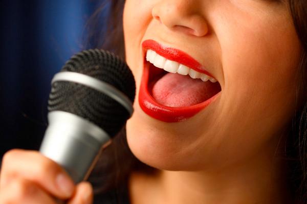 как убрать зажатость в голосе