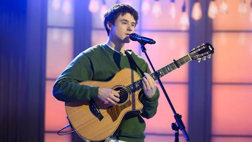 Alec Benjamin and guitar